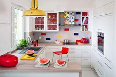 <p>Wnętrze jest jasne, a projekt kuchni uporządkowany i funkcjonalny. <strong>Biała kuchnia</strong> łączy się z salonem poprzez wyspę, która pełni także rolę barku. Kuchnia jest widna i przytulna.</p>