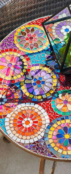 Gorgeous and bright mosaic table Gorgeous and bright mosaic table - 25 Lovely Diy Mosaic Table Concept<br> Mosaic Glass, Mosaic Tiles, Stained Glass, Glass Art, Mosaic Crafts, Mosaic Projects, Free Mosaic Patterns, Mosaic Furniture, Boho Dekor