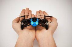 Parrot présente un drone miniature qui roule au sol et au plafond.