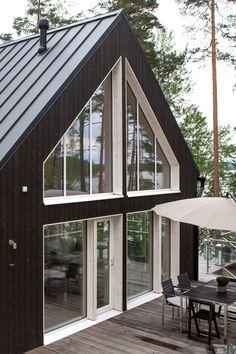 Saaristolaistalo Hollolassa Modern Cabin Decor, Modern Barn House, Modern Cottage, Triangle House, Contemporary Cabin, Black House Exterior, Diy Cabin, Cabin House Plans, A Frame House