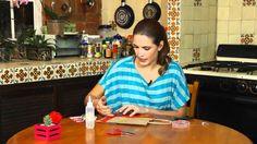 Natalia Pérez nos enseña como podemos decorar una bolsita para regalo.