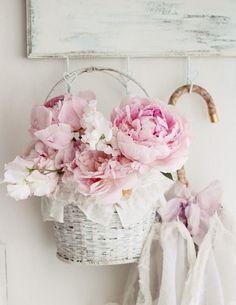 Para conseguir un toque romántico en vuestra cas, podéis colocar flores artificiales en una pequeña cesta de mimbre y colgarla en un perchero #decotruco