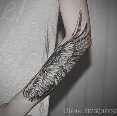 Um majestoso olhando manga da tatuagem. Se tivéssemos asas poderia voar. Este desenho de tatuagem simplesmente mostra a beleza de ter asas e dando-lhe uma chance para não-las em seus braços através de tinta permanente.