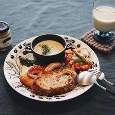 ワンプレートで立体感を出したい時に便利なのがココットや小鉢です。お皿と重ね使いすることでおしゃれ感もプラスできますよ。 Food Menu, A Food, Food And Drink, Breakfast Snacks, Breakfast Recipes, Plate Lunch, Cooking Recipes, Healthy Recipes, Home Food