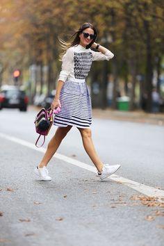 Look Saia Listrada + Tênis Branco Look, High Fashion, Skirt, Trends, Slip On, Couture, Haute Couture