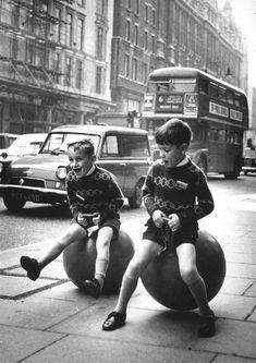 110 Jeux d'Enfants avant la Technologie numérique (9) // Des enfants jouent avec des balles kangooroo, Londres