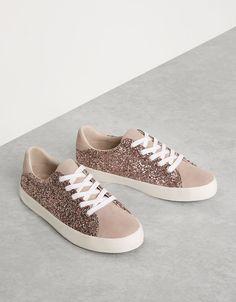 Zapatilla combinada acordonada brillo. Descubre ésta y muchas otras prendas en Bershka con nuevos productos cada semana