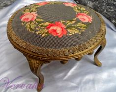 Lovely little things: Berlin Wollwork: Embroidered furniture .- Милые сердцу штучки: Berlin Wollwork: Вышитая мебел… Lovely little things: Berlin Wollwork: … - Victorian Furniture, Antique Furniture, Diy Furniture, Shabby Chic Farmhouse, Shabby Chic Cottage, Romantic Shabby Chic, Rose Garland, Diy Chair, Cross Stitch Embroidery