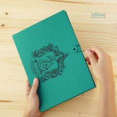 "Handmade folder. Customized with ""Slytherin"" emblem. Recycled cardboard  /  Carpeta artesanal. Personalizada con el escudo ""Slytherin"". Cartón reciclado"