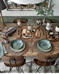 Chic decor diy - Rustic casual dining and loads of texture on this natural wood table Green plates coordinate with the green accent paint on the walls Farmhouse Dining Decoration Design, Decoration Table, Bohemian Decoration, Dining Room Design, Interior Design Living Room, Interior Livingroom, Natural Wood Table, Boho Dekor, Diy Home Decor