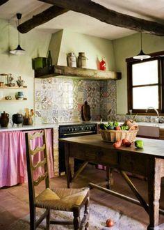 mesas y alacenas de madera Rustic Italian Decor, Rustic Decor, Cottage Kitchens, Cottage Homes, Modern Farmhouse Kitchens, Farmhouse Style, English Kitchens, Kitchen Shelves, Kitchen Shelf Decor