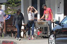 Kristen Stewart passou o fim de semana em Los Angeles com seus amigos. Kristen tem passado muito tempo com as amigas depois que surgiram rumores de que ela e seu namorado Robert Pattinson tinham terminado. Kristen foi flagrada sorridente em um carro e ela compartilhou risadas com seus companheiros durante uma noite em Los Angeles no início desta semana.
