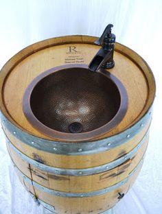 Original lavabo construido en un barril de vino.