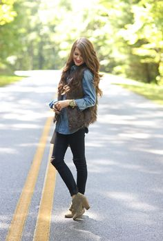 wear a fur vest - with a denim top, black jeggings, and suede booties You May Also LikeWhat's HOT Fur Vest Outfits, Mom Outfits, Cute Outfits, Beautiful Outfits, Fall Fashion Outfits, Casual Winter Outfits, Casual Wear, Women's Fashion, Chaleco Casual