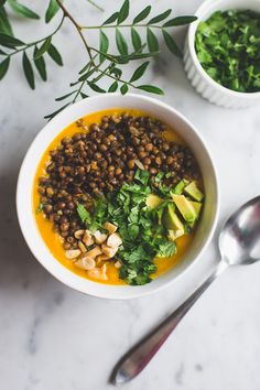 Zoete aardappelsoep met toppings. Lekker zoet, romig en vullend. Een volwaardige maaltijdsoep!