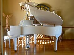 How To Play The Piano PIANO!Even though I don't really play anymore I will have one in my house someday. Mundo Musical, White Piano, Baby Grand Pianos, Piano Room, Piano Player, Piano Man, Piano Teaching, Learning Piano, Piano Music