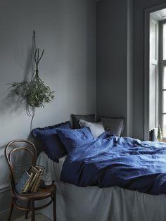 Dark bedroom. Styling by Lo Bjurulf via Linkdeco