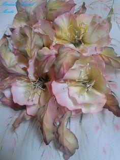 Flores y hojas armadas en tela de raso. Pintadas a mano, ante y durante el trabajo