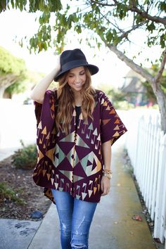 Merrick's Art is amazing! ANOTHER perfect diy tutorial on how to make a poncho / cape Diy Clothing, Sewing Clothes, Clothing Patterns, Moda Outfits, Cute Outfits, Diy Cape, Do It Yourself Fashion, Shirt Bluse, Fashion Project