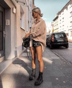 25 Trendy Spring Outfits for Women Cute Street Styles Casual and Classy Ideas Check casual spring outfits for work chic jeans, spring outfits for a casual look. Cool look for travel. Street Style Outfits, Looks Street Style, Looks Style, Mode Outfits, Casual Outfits, Fashion Outfits, Womens Fashion, Fashion Trends, Teen Outfits