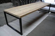Eettafel met balken blad en stalen O-frame. Op maat gemaakt door VanSloophout.com. Gespecialiseerd in het maken van maatwerk meubels.