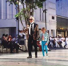 Mucho color y soltura en la colección #ChanelCruiseCuba 2016/07 desde el Paseo del Prado en la Habana #Cuba.  Fotografías: Vogue Paris / CHANEL #CocoCuba #chanel #latinoamerica #lahabana #cuba #karllagerfeld #chanelcruise #cruise2016 #cocochanel #app #magazine #venezuela #moda #diseño #design #fashion #runway #desfile #miami #LUSTER #LUSTERmagazine