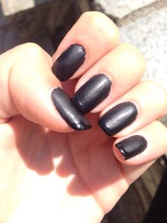 Black nail mat and shiny french