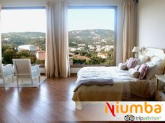 Esta #habitación pertenece a una villa ubicada en #Sotogrande, #Cádiz. Desde su cama se pueden disfrutar las vistas del campo de golf de Almenara y sus montañas.