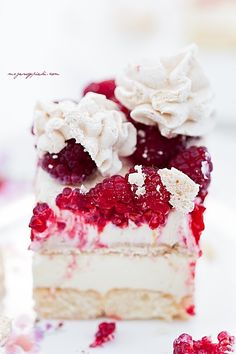 raspberry, lemon curd and meringue cake Sweet Recipes, Cake Recipes, Dessert Recipes, Lemon Cream Cake, Delicious Desserts, Yummy Food, Meringue Cake, Light Cakes, Specialty Cakes