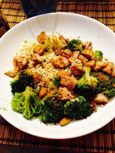 Arroz integral con brocolí, almendras y pollo