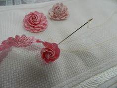 Aprendi a fazer essa florzinha com o pessol de SP. Corte 50cm de sianinha dobre ao meio encaixe até o final. Vá enrolando e pontilha...