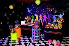 Festa Neon: 80 inspirações dessa festa colorida e muito divertida Rockstar Birthday, Neon Birthday, Sweet 16 Birthday, Birthday Parties, Birthday Smiley, 70s Party, Neon Party, Disco Party, Roller Skating Party