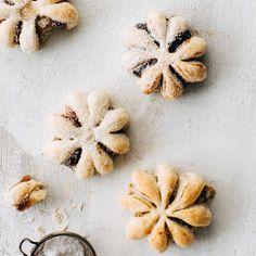 Lumihiutaletortut ovat lumoavan kauniita, mutta tosi helppoja tehdä! Tällä vaihekuvallisella ohjeella jo ensimmäinen torttu onnistuu varmasti. Christmas Treats, Christmas Baking, Keks Dessert, Finnish Recipes, A Food, Food And Drink, Xmas Desserts, Sweet And Salty, Sweet Recipes