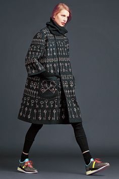 Dolce and Gabbana winter 2015 women collection 49 key coat Boho Fashion, High Fashion, Winter Fashion, Fashion Outfits, Womens Fashion, Fashion Design, Fashion Trends, Poncho, Pinterest Fashion