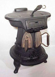 little vintage stove Antique Iron, Vintage Iron, Rare Antique, Wood Stove Cooking, Kitchen Stove, Antique Wood Stove, How To Antique Wood, Old Stove, Cast Iron Stove