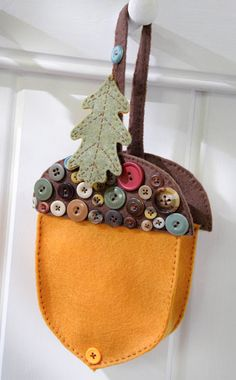 #crafts_nthings Acorn Treat Pocket, lovely, easy-to-stitch way to use up a button stash