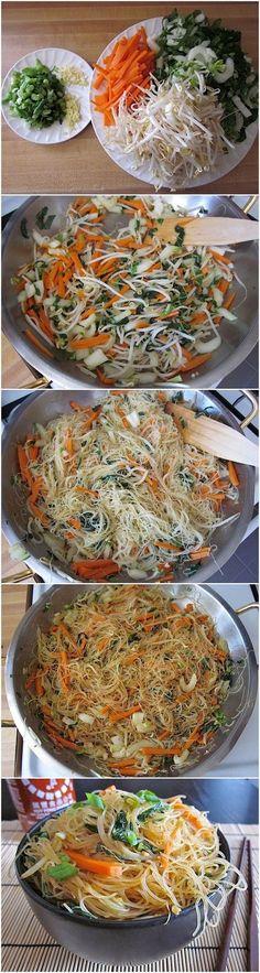 Tallarines fritos estilo singapur hechos con zanahoria, cilantro, repollo blanco, cebollín y ajo