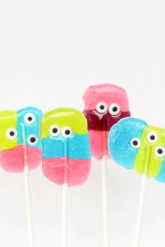 monster Jolly Rancher pops for a fun Halloween party food Simple monster Jolly Rancher lollipops are a kid-friendly fun Halloween party food or monster party treat. Easy to make using hard candy and candy eyes. Halloween Cocktails, Halloween Desserts, Halloween Food For Party, Halloween Treats, Halloween Foods, Diy Halloween, Happy Halloween, Jolly Rancher Pops, Jolly Rancher Lollipops