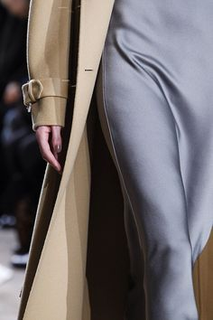 Michael Kors OFF!>> Michael Kors Collection Fall 2014 Ready-to-Wear Fashion Show Details Michael Kors 2014, Cheap Michael Kors, Michael Kors Collection, Michael Kors Tote, Handbags Michael Kors, Mk Handbags, Christian Dior, Grey Outfit, Classic Chic