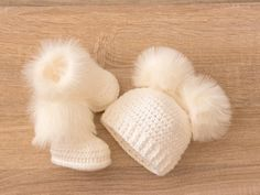 Double pom pom hat and booties - White Booties and hat set - Crochet baby clothes - Newborn winter clothes - Fur booties - Gender neutral - Baby girl - Unsere Kinder und Mehr Crochet Baby Clothes, Crochet Baby Shoes, Crochet For Boys, Double Crochet, Newborn Winter Clothes, Unisex Baby Gifts, Newborn Beanie, Shower Bebe, Baby Shower