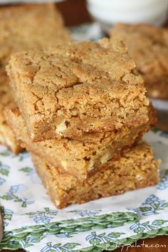 White Chocolate Biscoff Blondies - If you love the Biscoff cookies you get on a plane you'll love these bars. They are really moist and oh so yummy. Tried this recipe tonight and they turned out perfect. First pin complete. Biscoff Recipes, Brownie Recipes, Baking Recipes, Cookie Recipes, Dessert Recipes, Cupcake Recipes, Dessert Ideas, Bar Recipes, Baking Ideas