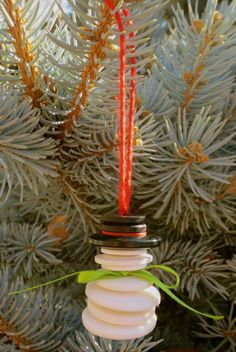 see how we sew's version of the button and yarn snowman ornament from the funezcraft website