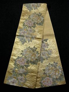 This is a Fukuro obi with 'fuyo' (confederate rose) and 'botan' (peony) patterns, which are woven on the shiny gold background.