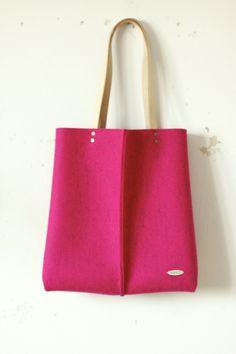 Velká taška z přírodní plsti, pink Velká taška z přírodní plsti v zářivé tmavé růžové barvě, kožená ucha a uvnitř kapsička. Rozměry: cca 38 x 36 cm.