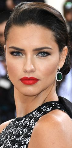 Best beauty looks from Met Gala 2016 Adriana Lima Estilo Adriana Lima, Adriana Lima Style, Adriana Lima Face, Celebrity Hairstyles, Cool Hairstyles, Elisabeth I, Undone Look, Red Carpet Makeup, Brazilian Models