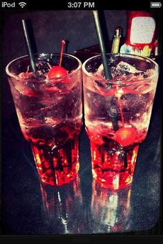 Shirley temples (non alcoholic drink) (bartender drinks shirley temples) Alcholic Drinks, Non Alcoholic Drinks, Bar Drinks, Yummy Drinks, Cocktails, 21st Birthday Drinks, Bartender Drinks, Slushie Recipe, Mixed Drinks Alcohol