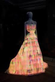 """GalaxyDress - Vestido Galaxy é a peça central do """"Fast Forward: Inventing the Future"""" exposição no Museu de Ciência e Indústria de museu Chicago. GalaxyDress proporciona uma espetacular e efeito hipnotizante sendo bordado com 24.000 pixels coloridos cheios, é a maior exposição wearable no mundo.O GalaxyDress usa os menores pixels coloridas que são planas como papel e medem apenas 2 por 2 mm."""