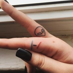 Cute and Discreet Finger Tattoos Designs - Beste Tattoo Ideen Twenty One Pilots Tattoo, Tatuagem Twenty One Pilots, Finger Tattoo Designs, Finger Tattoos, Thumb Tattoos, Sharpie Tattoos, Top Tattoos, Cute Tattoos, Small Tattoos