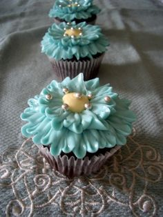 Adorable blue floral cupcakes with silver sprinkles #wedding #blue…