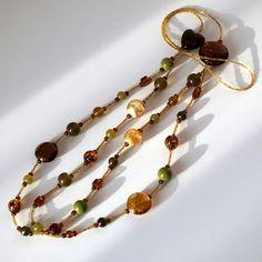 O margica: Colier lung cu doua siraguri maro, auriu si oliv